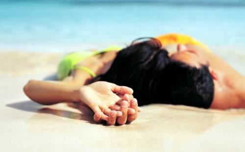 Красивые обои влюблённые на пляже